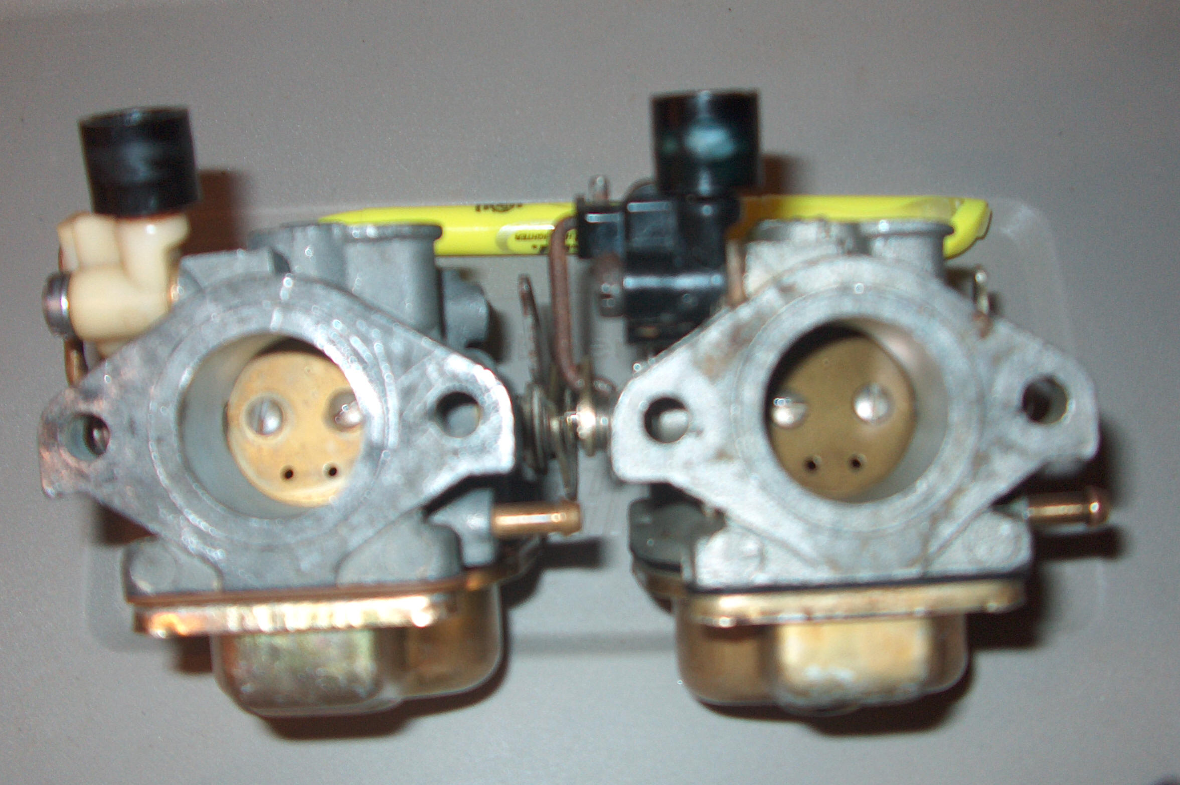 ... 9.9 on right & 15 hp on left as viewed from rear, but with throttle  plate closed & you can not tell any difference